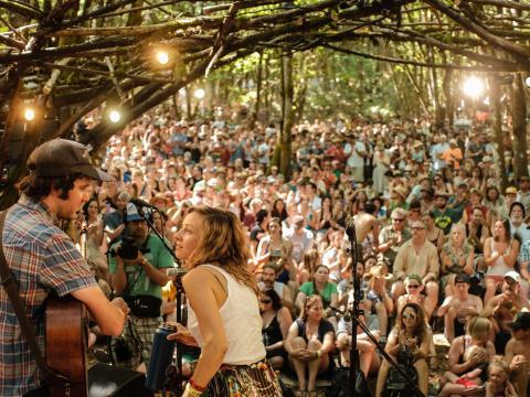 Banda presentándose en el festival Pickathon en Happy Valley, Oregon